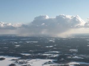 Selvästi näkyvä sadepilvi. Pakkaskelillä sade tulee lumikuurona.