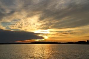 Saderintama lähestyy auringonlaskun aikaan.